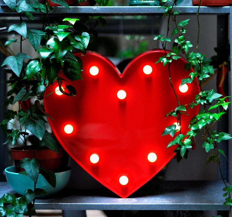 Cœur rouge lumineux en plastique avec 10 LED