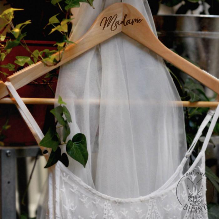 Cintre en bois Madame pour robes ou vêtement à bretelles