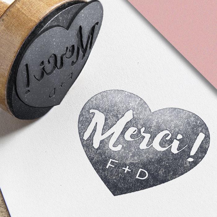 Tampon de bois personnalisé avec initiales modèle Merci format cœur plein